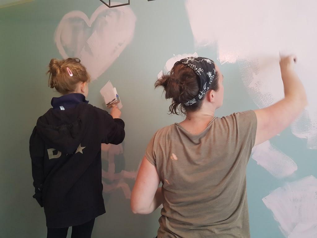 Afscheid nemen gaat in stapjes. We verfden de muur van mijn dochtertjes kamer roze. Voor mij ook weer afscheid nemen van een stukje Tieme.